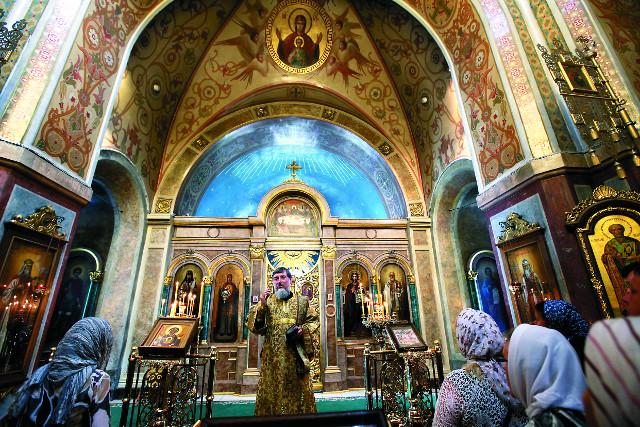 Божественная литургия в верхнем храме