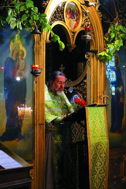 Священник Адриан (Эчеваррия) совершает  Божественную литургию