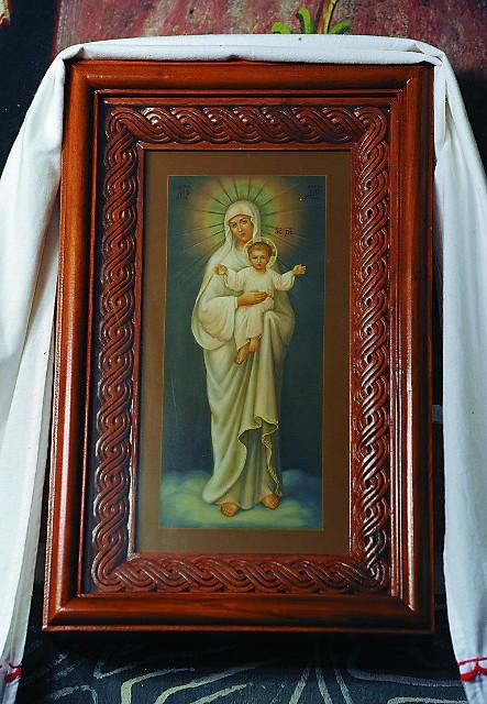 Икону, на которой изображена Богородица, являвшаяся отцу Авелю, принес в монастырь неизвестный и оставил рядом с могилой батюшки