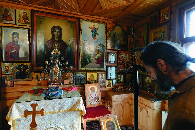 Рядом с комнатой, в которой жил в последние годы отец Авель, была устроена домовая церковь, где батюшка молился. На переднем плане виден посох