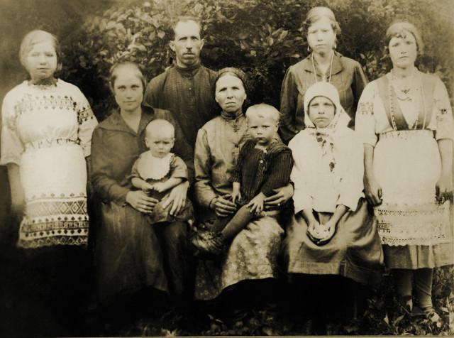 Семья Македоновых. Маленький Коля на руках  у мамы Феодосии (вторая  слева). Рядом стоит отец