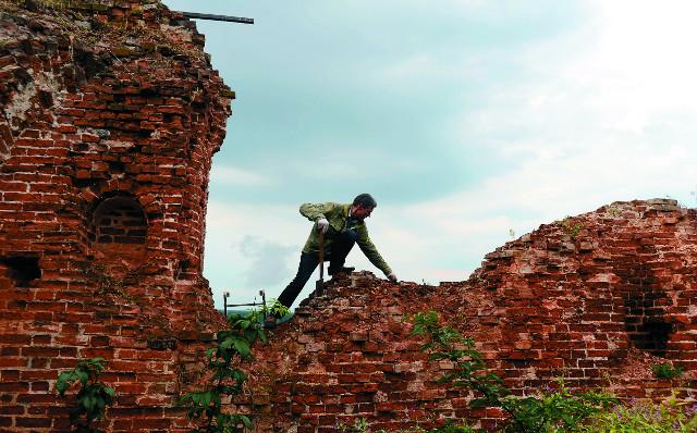 Чтобы остановить разрушение храма, необходимо регулярно уничтожать проросшую сквозь камни траву