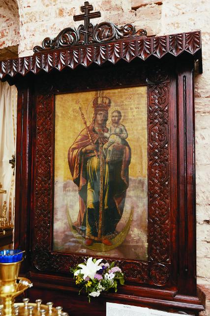 Старинная икона Божией Матери «Благодатное небо» обновилась на глазах прихожан
