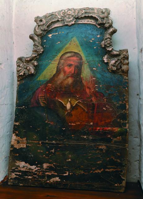 """В алтаре Успенского храма  находится  одна  из уцелевших старинных икон """"Бог Саваоф"""""""