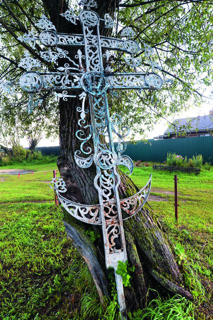 Крес Сергиевского храма. Еего  обнаружили на сельском кладбище местные краеведы