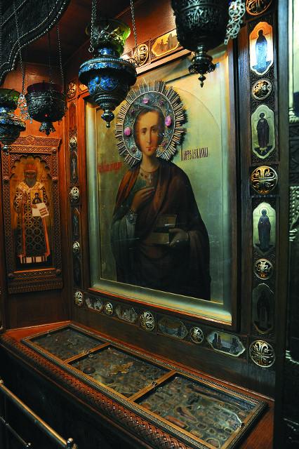 Под иконой великомученика  и целителя Пантелеймона установлен мощевик, где собрано более 120 частиц святых угодников