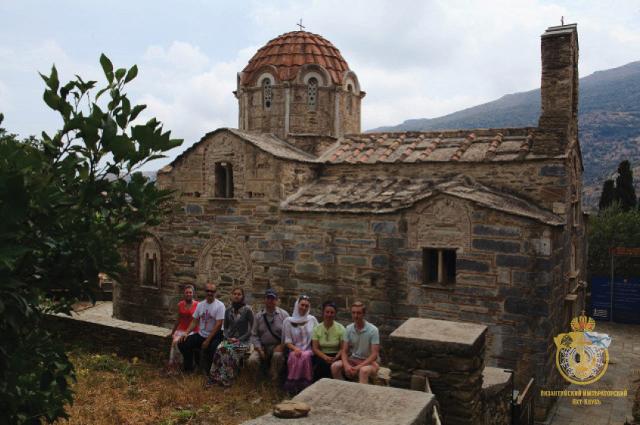 Паломники у церкви Архангела Михаила (1158 г.) - одной из немногих, сохранившихся до наших дней в первозданном виде. Остров Андрос