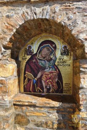 """Мозаичный образ Богородицы Гликофилуса (""""Сладкое лобзание"""") у врат монастыря"""