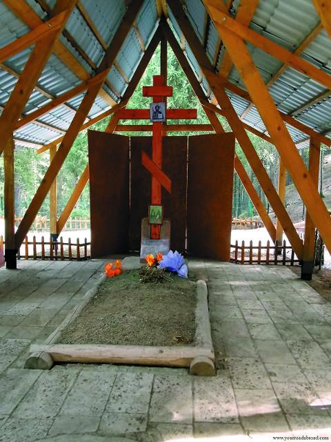 Могила святых Серафима и Феогноста