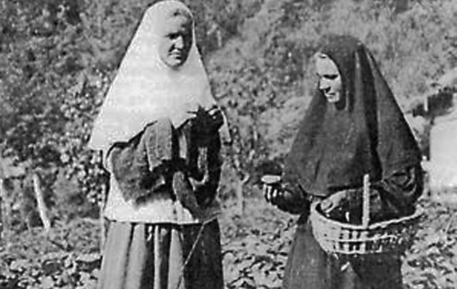 Монахиня Магдалина (слева), последняя сестра Иверско-Серафимоскской обители, умерла в 1993 году. рядом монахиня Анастасия. 1920-е годы