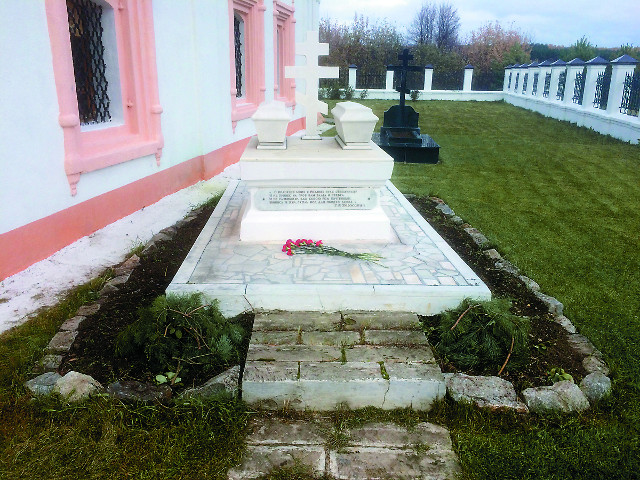 У стен Богоявленской церкви похоронены родители и сестра Гавриила Державина