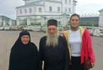 Автор Наталья Дорогова с игуменом Герасимом. На заднем плане Иоанно-Богословский монастырь г.Чердынь