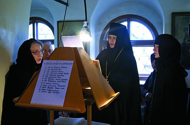 Игумения Варвара и сестры  обители во время богослужения  на клиросе