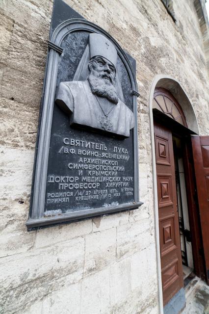 Святитель Лука (Войно-Ясенецкий) родился в Керчи и мечтал служить в родном городе. Он несколько раз ходатайствовал за передачу Иоанно-Предтеченского храма верующим, но высшее партийное руководство было непреклонно.