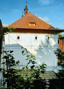 Западный фасад братского корпуса Знаменского монастыря