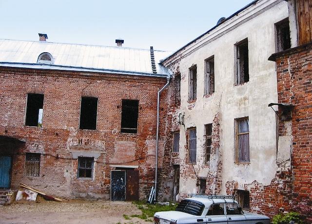 Двор монастыря на заре восстановления