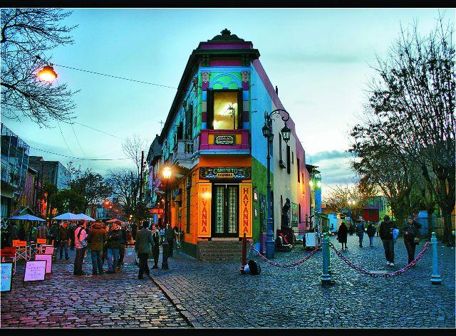 Буэнос-Айрес нередко называют «южно-американским Парижем». Он состоит из множества небольших кварталов, где стеклянные небоскребы соседствуют с викторианскими зданиями XIX столетия. Сохранились и более старые здания. Мощеные улочки, фонарные столбы, парусные фрегаты, церкви, музеи – все создает особую атмосферу старины.