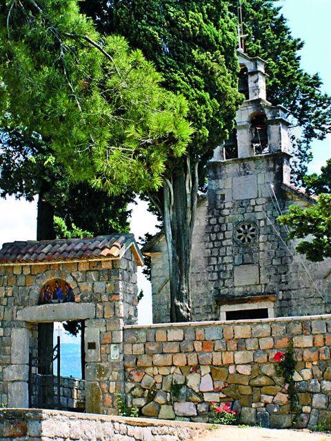 Всего в маленькой Черногории 60 действующих  монастырей и около 620 православных церквей