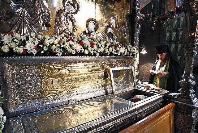 Приложиться к мощам Сергия Радонежского можно в Троицком соборе. С 8.30 до 20.30 здесь служатся молебны с акафистом Преподобному