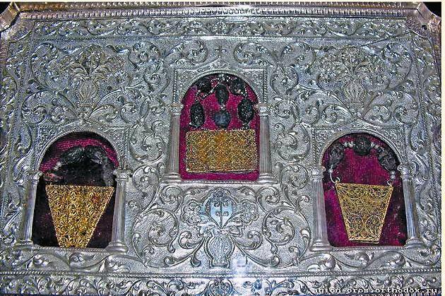 Дары волхвов – золото, ладан и смирна, сохранившиеся до наших дней, находятся в греческом монастыре Святого Павла на горе Афон