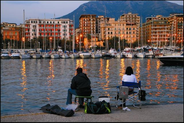 Рыбаки на вечерней набережной