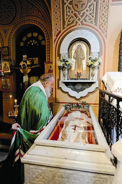 Патриарх Кирилл у раки с мощами Елизаветы Федоровны во время паломничества на Святую Землю в ноябре 2012 года