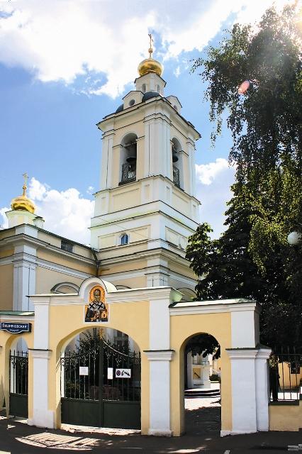 Сюда из сгоревшего храма Святителя Николая на Пупышах была доставле- на чудотворная икона Божией Матери «Утоли моя печали»
