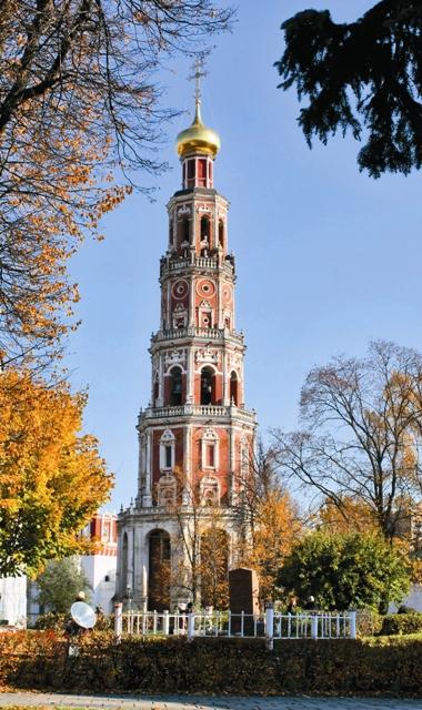 Ажурная колокольня Новодевичьего монастыря