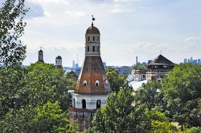 Кирпичные башни, соединенные обветшалыми стенами, среди промышленных корпусов и жилой застройки в старом парке – это все, что осталось от Симонова монастыря