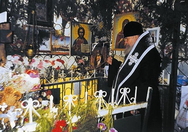 Патриарх Алексий II совершает литию на могиле блаженной Матроны. 1998 год