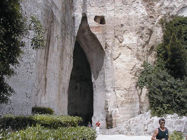 Правитель Сиракуз Дионисий заключал в пещеру инакомыслящих и через узкий проем-лаз в потолке слушал, что те говорили. Позже художник Караваджо прозвал пещеру «Ухо Дионисия»