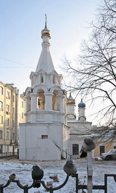В храме Феодора Студита Ольга поет на клиросе. Здесь она венчалась с мужем, здесь крестила дочь Анатолию