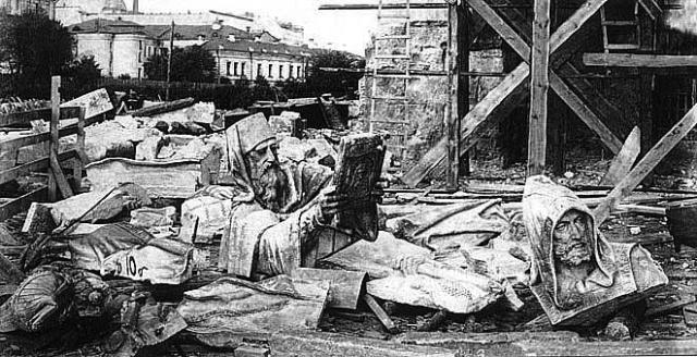 Через широко распахнутые бронзовые двери храма выволакивали с петлями на шее чудесные мраморные творения. Их просто сбрасывали в грязь