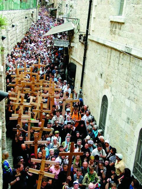 Крестный путь, по которому сегодня благоговейно движется нескончаемый людской поток, проложили в Средние века монахи-францисканцы.