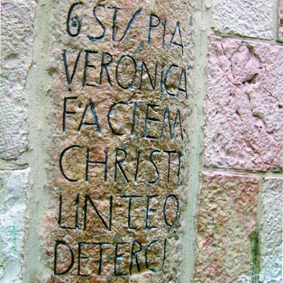 Здесь св. Вероника вынесла Христу плат, чтобы отереть лицо