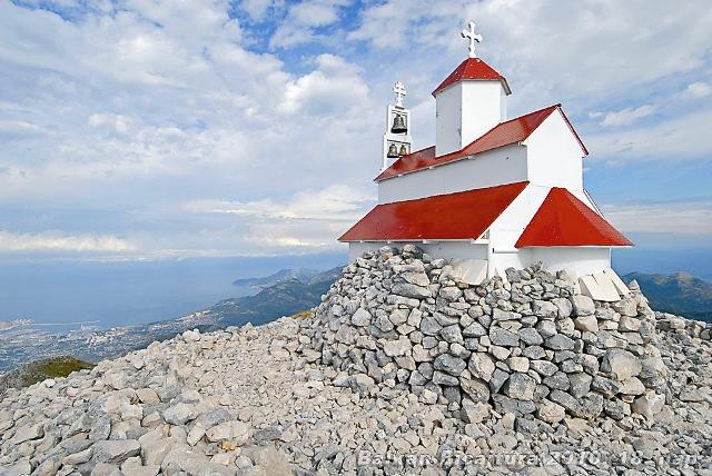 По черногорской традиции каждый восходит на гору со своим «камнем покаяния».