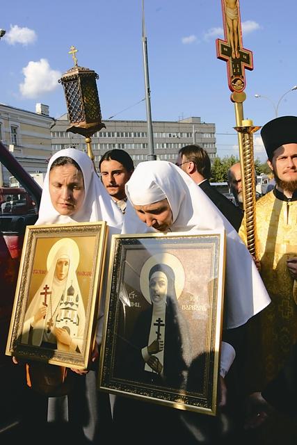 Среди встречавших святыни – сестры Марфо-Мариинской обители