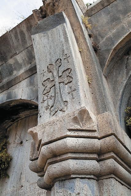 Более всего монастырь Гошаванк знаменит своими дивными хачкарами – в переводе слово «хачкар» означает «камень с крестом».