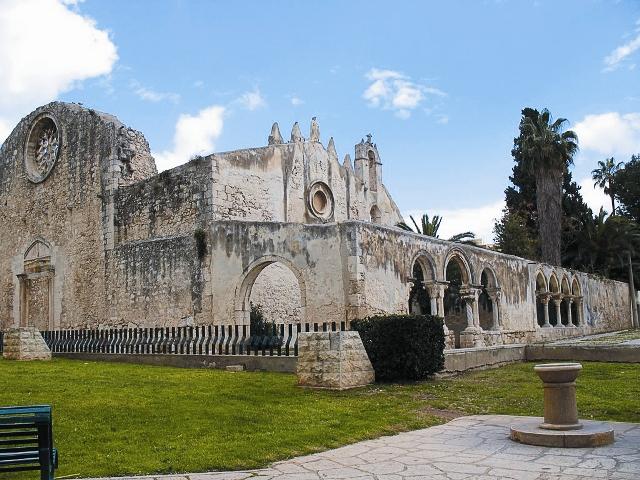 Согласно преданию, на престоле в этой крипте апостол Павел совершал Евхаристию, остановившись в Сиракузах на три дня по дороге в Рим.