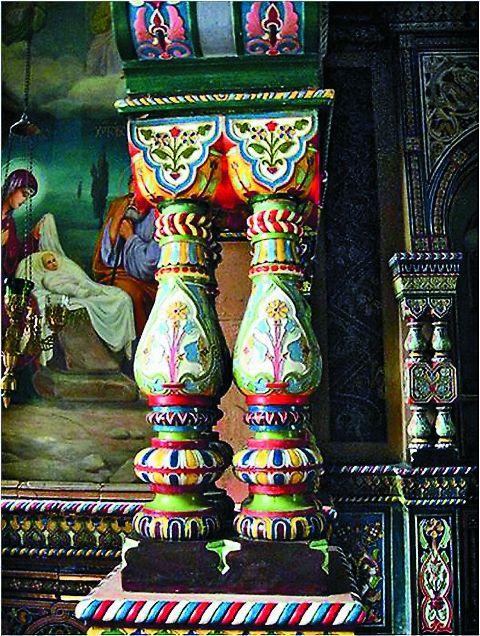Фарфоровый иконостас был выполнен Миргородской художественно-промышленной школой