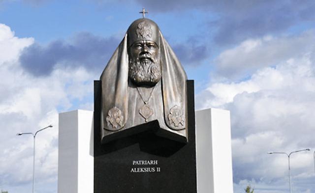 Памятник Святейшему Патриарху Алексию II в Таллинском районе Лас- намяз рядом с храмом в честь иконы Божией Матери «Скоропослушница»