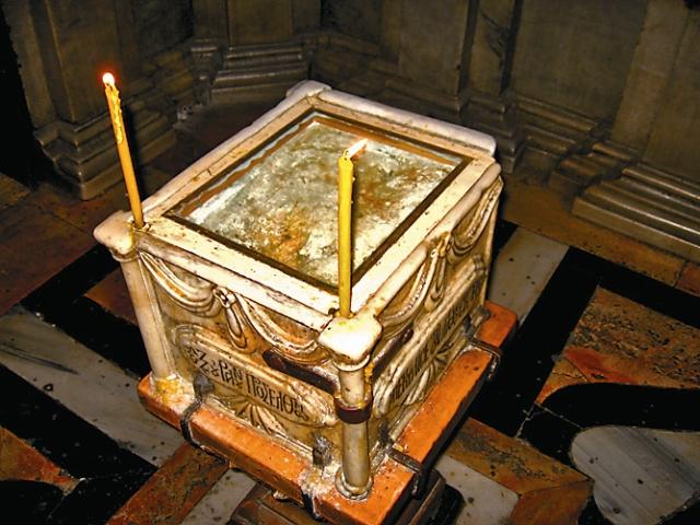 Камень, отваленный от Гроба в приделе Ангела