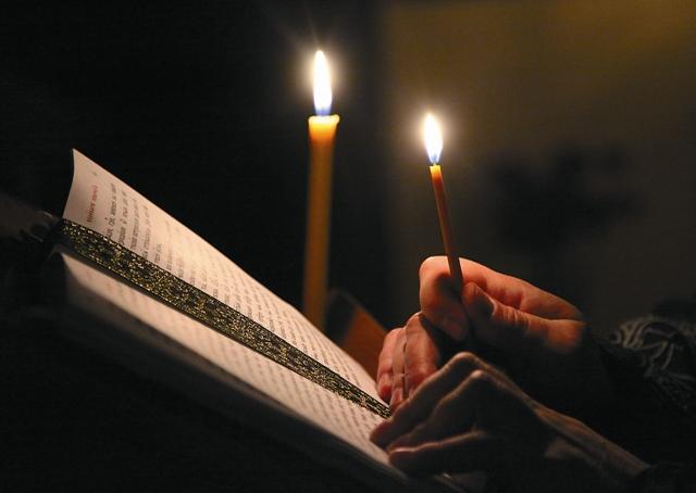 Молитва оптинских старцев на начало дня Господи, дай мне с душевным спокойствием встретить все, что принесет мне наступающий день. Дай мне всецело предаться воле Твоей святой. На всякий час сего дня во всем наставь и поддержи меня. Какие бы я ни получал известия в течение дня, научи меня принять их со спокойной душою и твердым убеждением, что на все святая воля Твоя. Во всех словах и делах моих руководи моими мыслями и чувствами. Во всех непредвиденных случаях не дай мне забыть, что все ниспослано Тобою. Научи меня прямо и разумно действовать с каждым членом семьи моей, никого не смущая и не огорчая. Господи, дай мне силу перенести утомление наступающего дня и все события в течение дня. Руководи моею волею и научи меня молиться, верить, надеяться, терпеть, прощать и любить. Аминь.