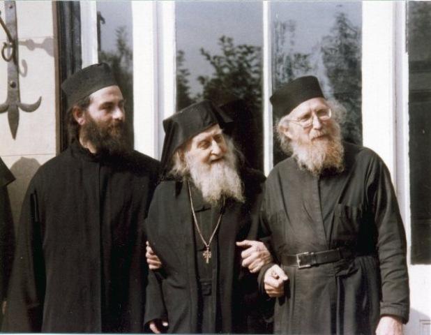 Отец Софроний - в центре. Справа - схиархимандрит Симеон (Брюшвайлер), духовный сын и сподвижник отца Софрония. Слева - архимандрит Кирилл (Акон), второй после отца Софрония игумен монастыря.