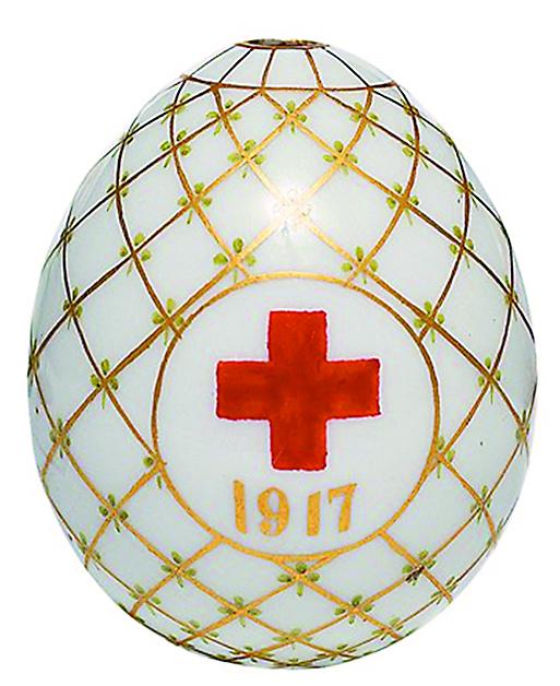 С началом войны начали выпускать фарфоровые яйца с изображением красного креста для подарков солдатам в военных госпиталях