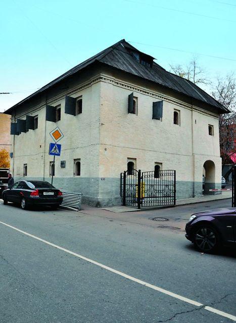 Кроме храма святителя Николая от исторической застройки ткацкой слободы до наших дней дошли каменные палаты Хамовного двора, построенные в XVII веке