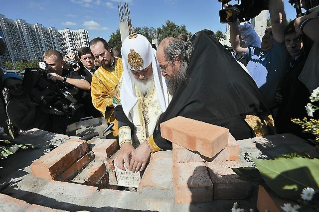 Патриарх Кирилл вложил в основание алтаря памятный закладной камень
