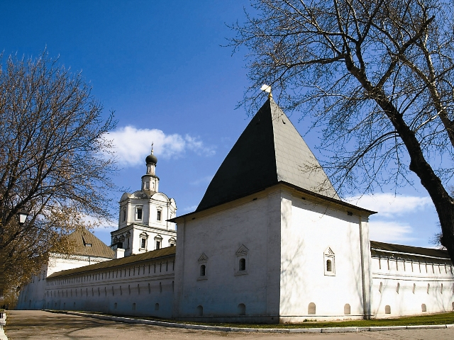 Здесь была усыпальница Лопухиных, а также – могила основоположника русского театра Федора Волкова. Некрополь сровняли с землей в 1927 году, а могильные плиты продали для бытовых нужд