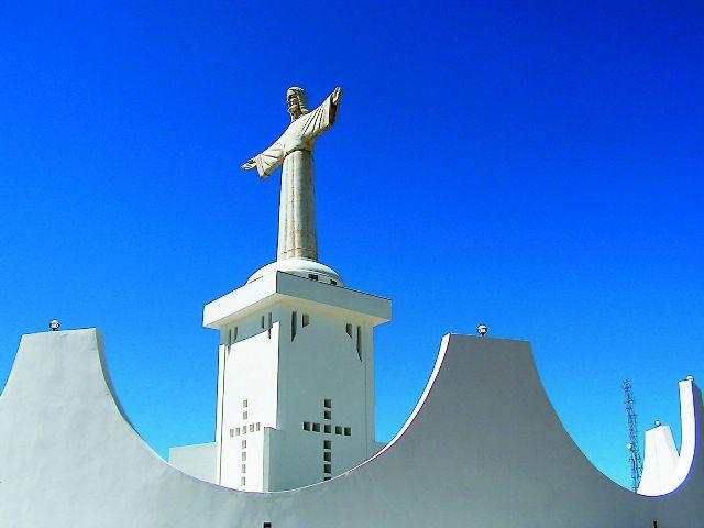 Христианство на эту землю принесли португальцы. Первая католическая миссия прибыла на север Анголы в 1491 году. В XVI веке местный правитель Афонсо I добровольно принял христианскую веру, а его сын даже стал епископом