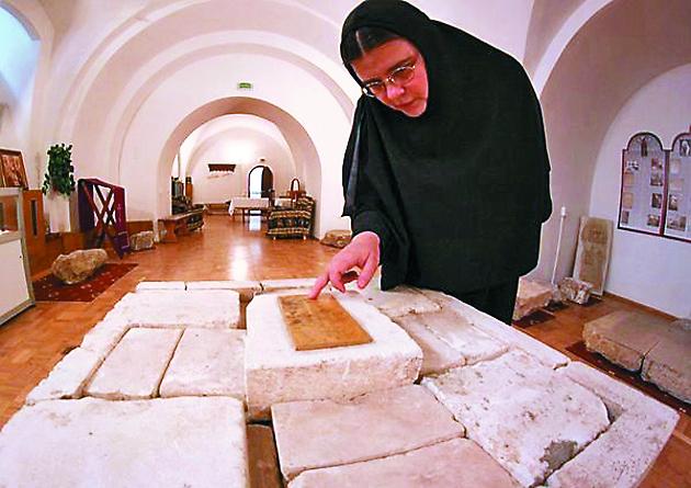 Мать Илария показывает закладной камень собора